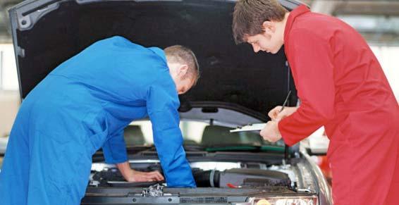 mécaniciens capot voiture