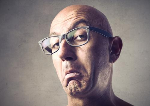 homme lunettes douteux